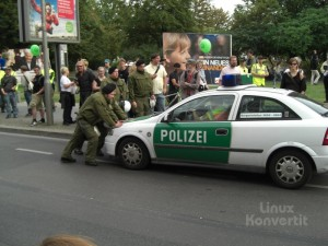 Tja, da kann man sehen das Polizisten auch nur Menschen sind und auch nur Autos fahren.