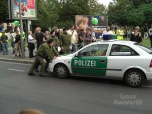 Tja, da kann man sehen das Polizisten auch nur Menschen sind und auch nur Autos fahren.